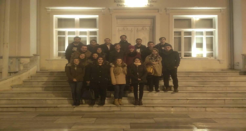 """Finansal Ekonometri Bölümü öğrencileri Adapazarı Kültür Merkezi (AKM)'inde sergilenen """"Ruhlar Gelirse"""" isimli tiyatro gösterisine katıldı."""